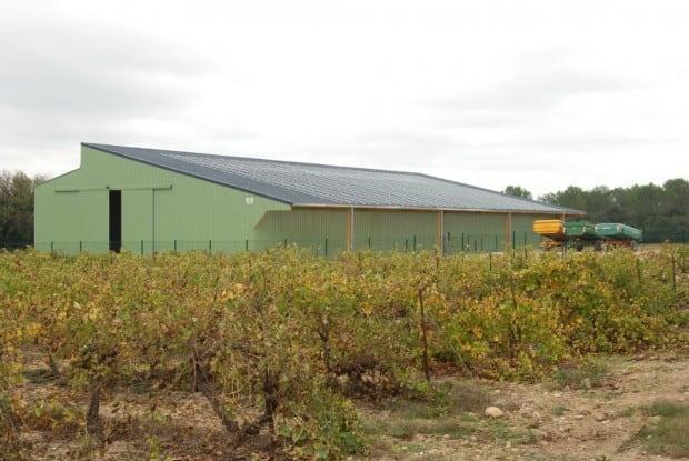 A Saint-Drézéry, au nord-est de Montpellier, tous les agriculteurs de la commune -et au-delà- adhèrent à la Cuma du Bérange. Outre l'efficacité de l'organisation, la qualité du travail fourni par l'équipe et le salarié, les adhérents profitent aujourd'hui d'un hangar et d'une aire de remplissage et de lavage.