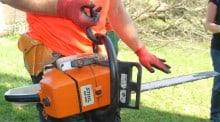L'abattage d'arbres ne s'improvise pas, les dangers sont nombreux. Le point en 3 minutes en vidéo avec Vincent Soubielle, expert en travaux forestiers, à la fois sur la posture et les équipements de sécurité.