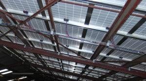 De plus en plus de hangars de cuma comportent des panneaux photovoltaïques.