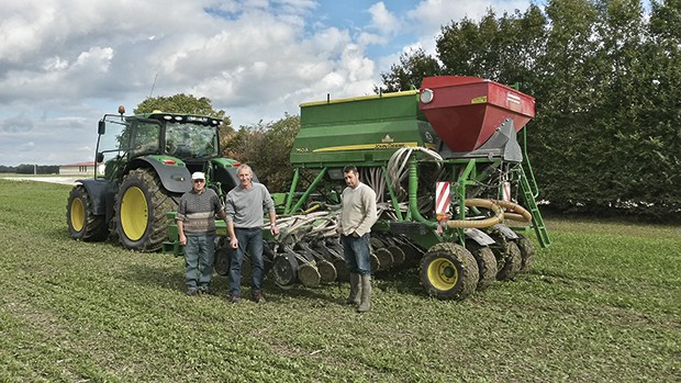 Dominique Leneuf, Pascal Farcy et Samuel Marechal, devant le semoir de 6 m à 95500€ changé en 2013, pour un prix de revient de 27,72€/ha semé (fertilisation localisée, traction et carburant inclus).