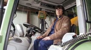 salarié et tracteur autoguidé