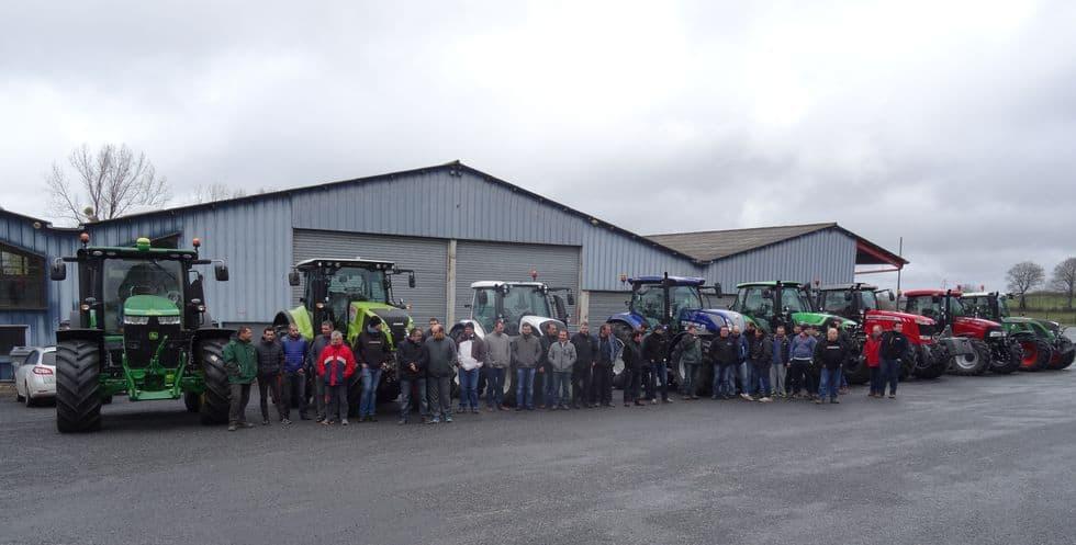 Groupe des salariés en formation devant hangar