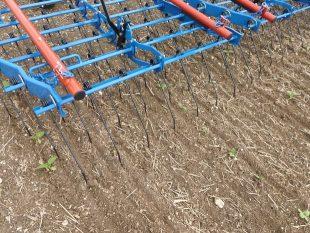 La herse étrille Hatzenbichler est composée de panneaux déformables qui épousent au mieux le terrain