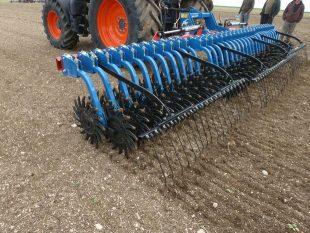 La houe rotative Hatzenbichler attaque le sol avec le dos de la cuillère