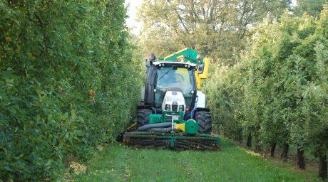 Cette année la Cuma opérera avec un ensemble de récolte de la marque MV TEC.   Ce système performant et innovant va permettre la récolte au sol sur bandes enherbées. L'objectif est de limiter les interventions chimiques, favoriser les structures des sols tout en effectuant un ramassage de pommes plus propres.