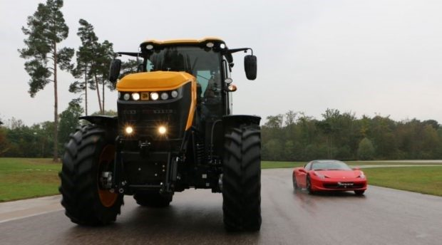 Extrême limite : la Ferrari 458 Italia face JBC Fastrac 8330.