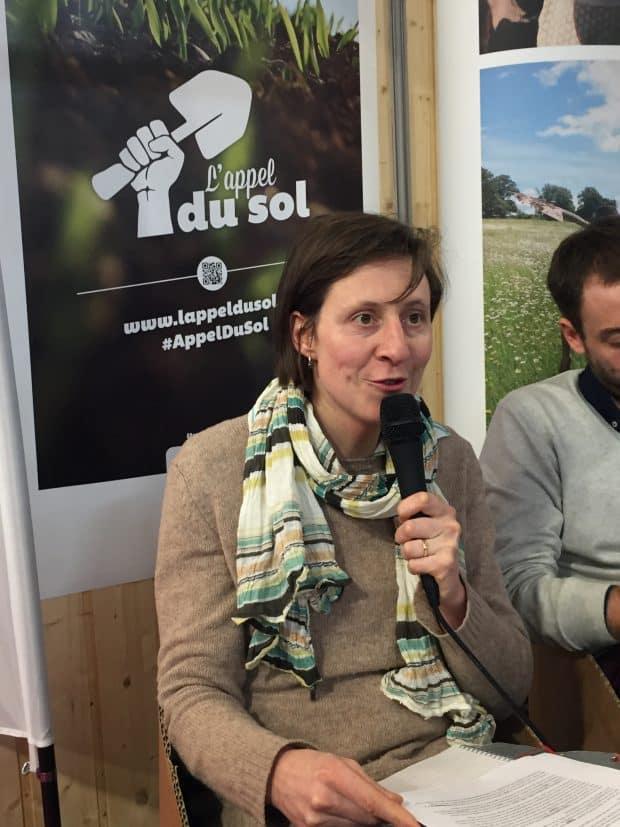 Elisabeth Saint-Guily, sur le stand de Terre de Liens au SIA 2017, a travaillé sur la résilience des agriculteurs en difficulté en Nord-Pas de Calais avec l'association Solidarité Paysans.