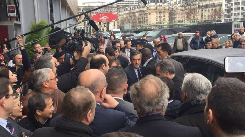Fillon se rend au salon de l 39 agriculture entraid for Porte h salon de l agriculture