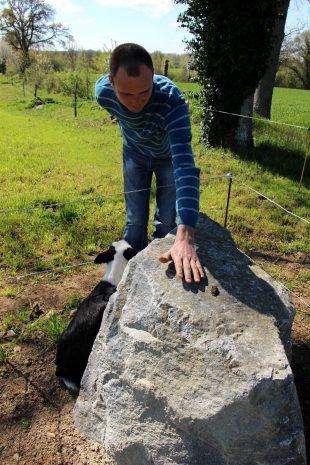 En approchant sa main du menhir, mais sans le toucher au risque de le décharger, il est possible de ressentir les énergies libérées par la pierre.