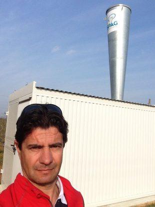 Édition spéciale dep méditerranée Rémy Foissey devant un canon générateur d'ondes de chocs anti-grêle