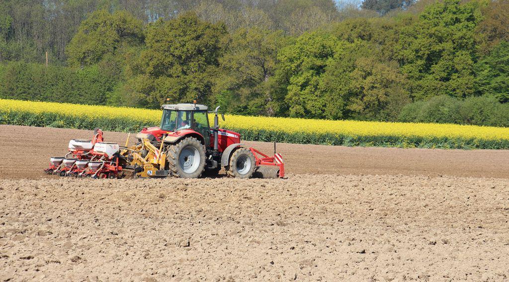 En dévers, la longueur du matériel tiré est une donnée qui complique la maîtrise du semis.