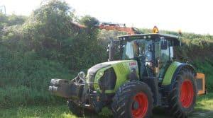 Débrousailleuse sur un tracteur Claas