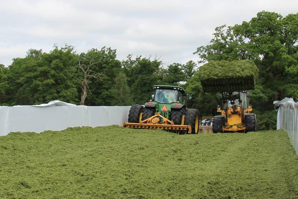 ensilage-herbe-suède-élevage-laitier-AB-john-deere-volvo-tassage-silo-chargeur-tracteur-herse-rotative-alpego