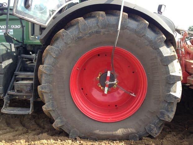 Pneu abaissé adapté pour le travail de semis à la cuma du Cornillé en Ille Armor.