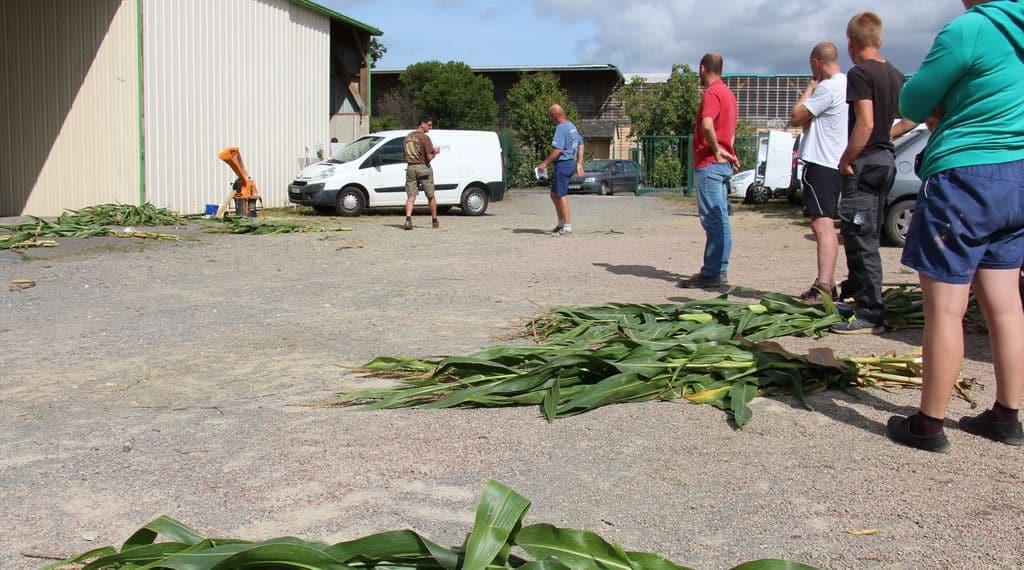 Aux analyses matière sèches, les éleveurs viennent avec leurs échantillons et repartent avec des données chiffrées pour déterminer la bonne date d'ensilage.
