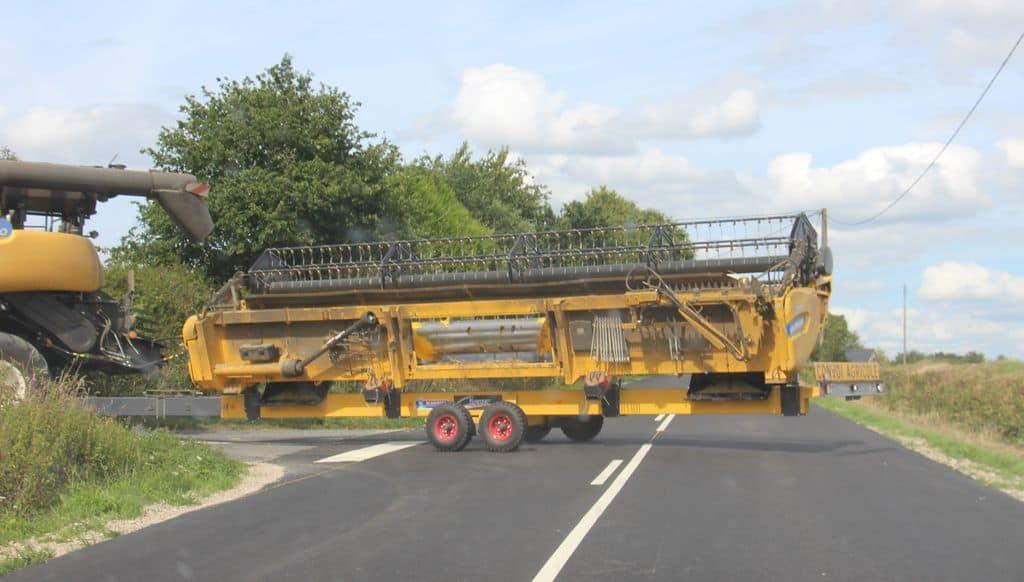 La prudence est de mise lorsqu'un engin agricole circule sur le réseau routier où d'autres usages n'ont ni les même gabarit, ni les mêmes vitesses, ni les mêmes habitudes