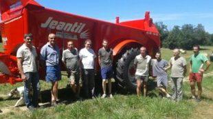 Le groupe d'agriculteurs devant le nouvel épandeur de la cuma.