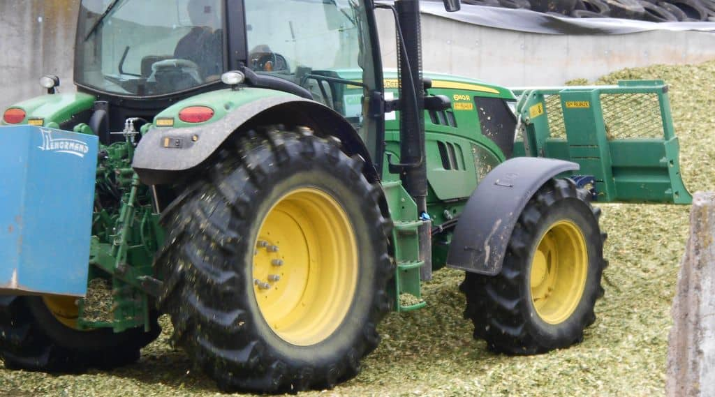 Le tracteur du groupe de la cuma sert aussi à l'ensilage