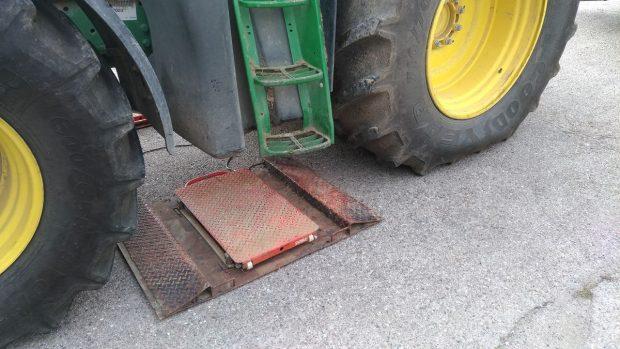 Une plaque de pesée lors d'un essai destiné à trouver comment limiter la compaction des sols.
