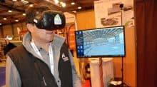 Un casque de réalité virtuelle, une manette... l'éleveur est équipé pour la visite de son futur bâtiment d'élevage.