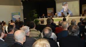 Les nombreux participants à l'AG de la fdcuma82 écoutent deux témoignages sur le transmission des responsabilités.