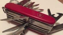 un salarié aussi expert qu'un couteau suisse.