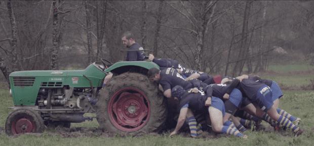 """Les agriculteurs, solidaires pour """"désembourber"""" un collègue."""