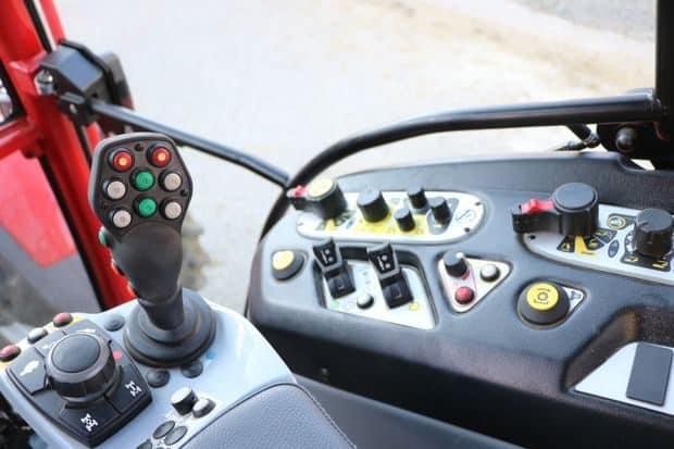 équipement du tracteur depuis la cabine pour le tracteur à l'essai : Lindner Lintrac 90.