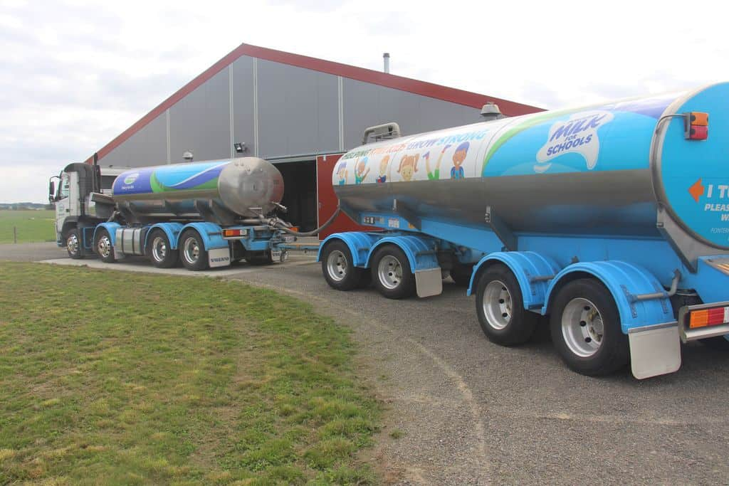 Camion-de-lait-Fonterra-nouvelle-zelande-ferme-elevage-laitier-livraison-paye-logistique-transport-citerne