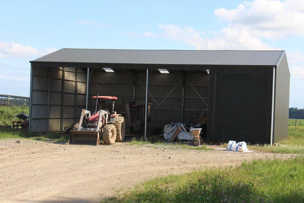 Elevage-laitier-vaches-batiment-materiel-tracteur-desileuse-paturage-nouvelle-zelande