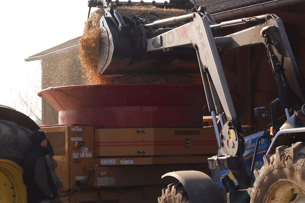 broyeur-paille-demonstration-cuma-sarthe-elevage-paillage-litiere-poulailler-stabulation-farine-paille-broyee-chantier-broyage