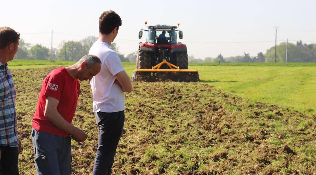 semis démonstration travail du sol : Adhérents de cuma venus voir le travail du dyna drive Bomford