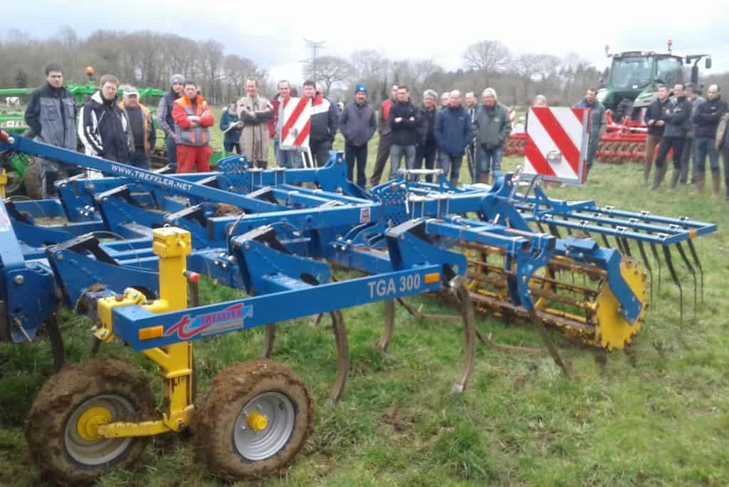demonstration-ille-armor-destruction-prairie-mecanique-outil-agricole-travail-du-sol-machinisme-outil-a-dents-treffler