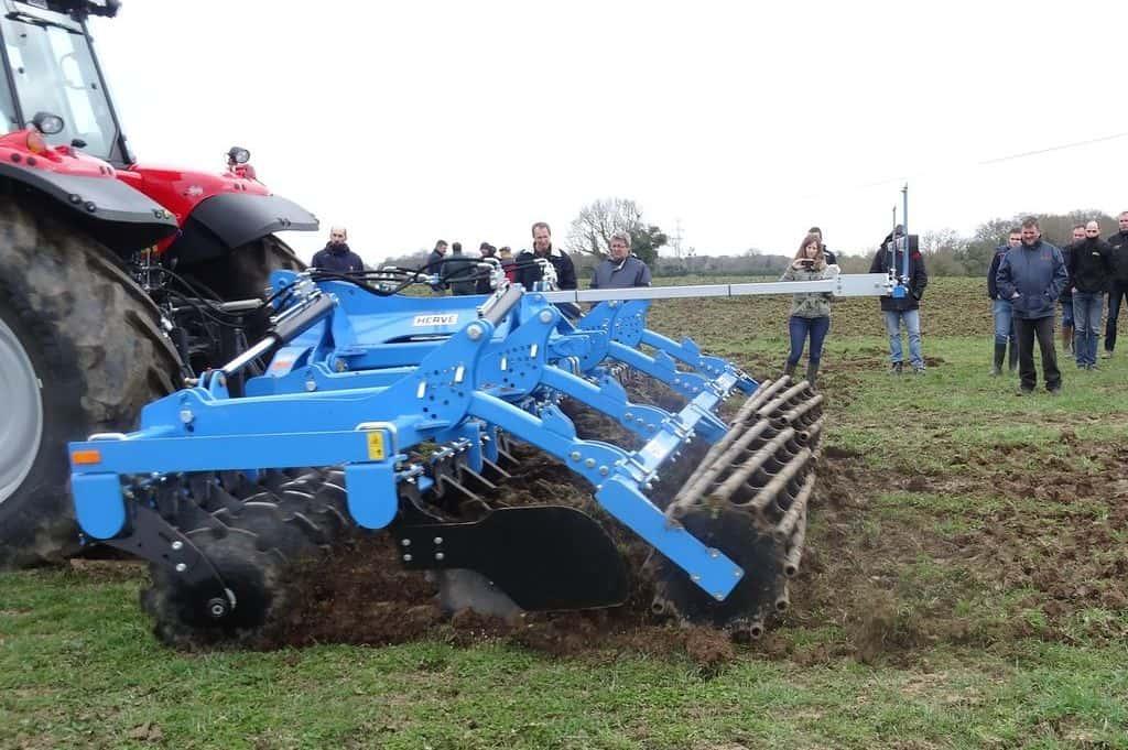 demonstration-ille-armor-destruction-prairie-mecanique-outil-agricole-travail-du-sol-machinisme-outil-a-disques-zagroda
