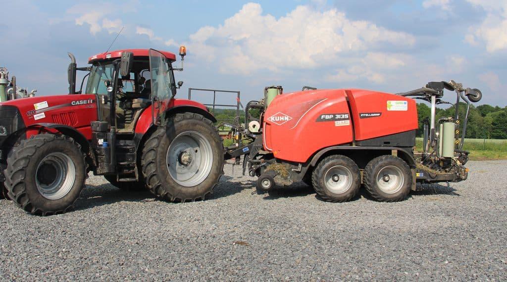 L'ensemble tracteur Case combiné d'enrubannage Kuhn dans la cour de la cuma.