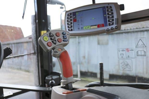 Hauts-de-France-Rencontre-CumaSudOuestOise-MasseyFerguson-commandes-cabine-tracteur