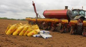 Les semis de maïs se font à environ 14km/h dans le bocage de Naizin depuis que la cuma s'est dotée de ce semoir.