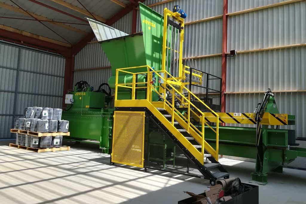 Presse installée en sortie du séchoir pour optimiser le transport du fourrage qui retourne sur les élevages.