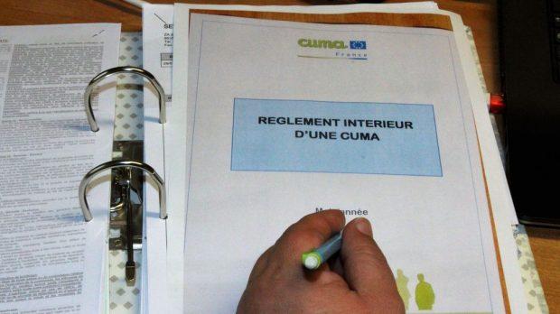 En complément du règlement intérieur général, la cuma du Ruban, en Indre-et-Loire, a rédigé un règlement intérieur propre à son activité tracteur. / Engagement d'utilisation, obligations d'entretien, tenue du planning, règles de conduites… la cuma du Ruban en Indre-et-Loire dispose d'un règlement intérieur très complet pour son activité tracteur. / Cuma du Ruban, Indre-et-Loire, activité tracteur, planning, règlement intérieur, engagements,
