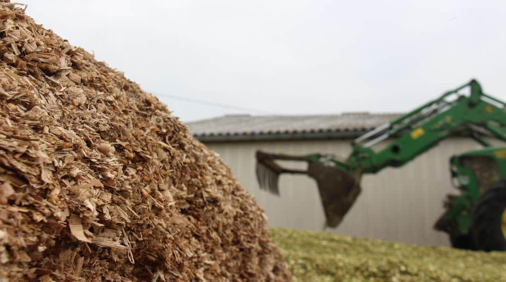 Deux silos de maïs, l'un en cours d'utilisation, l'autre en cours de confection
