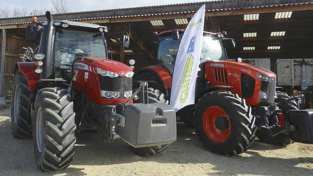 Les deux tracteurs de la cuma de Montvendre