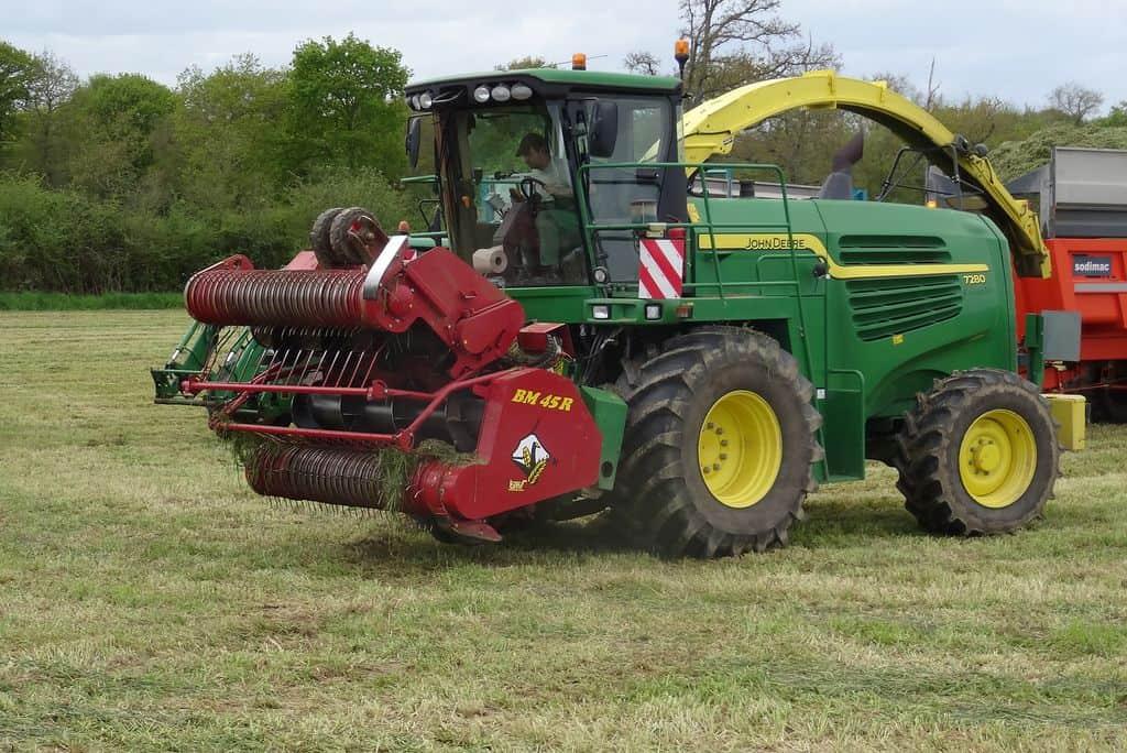 Ensileuse à l'herbe en position de transport