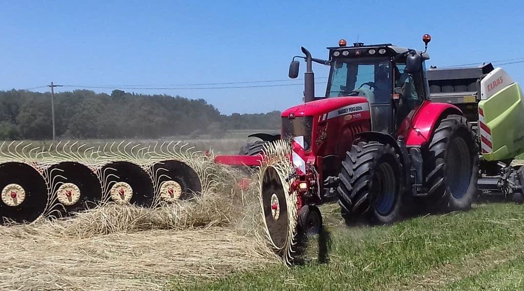 andaineur soleils Mécaherbes,et tracteur Massey Ferguson et presse round baller Claas en action