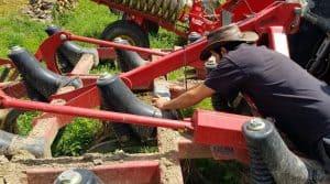 Pose du premier boîtier connecté Karnott sur un matériel de la cuma de Rancon le 8 juillet