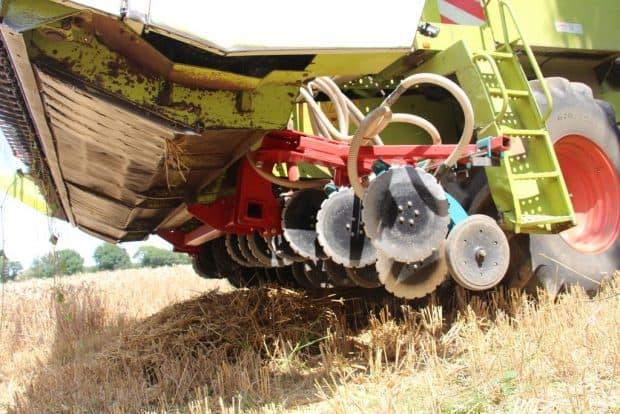 Le bec coupe la céréale qui monte à bord de l'automotrice. Immédiatement derrière lui, la barre de semis dépose les graines de couvert dans le sol.