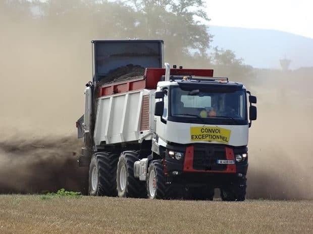 épandage de compost avec l'Agro-Tract 6x6 de BullTech System