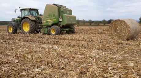 pressage de paille de maïs John Deere