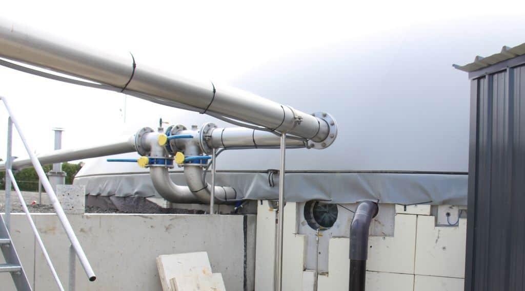 Méthanisation Tuyaux de gaz transport du méthane sur une unité agricole.