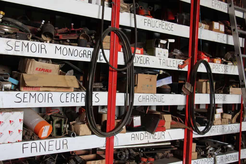 Magasin de pièces détachées en atelier de cuma