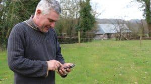 Grassman pour conduire la prairie, smartphone